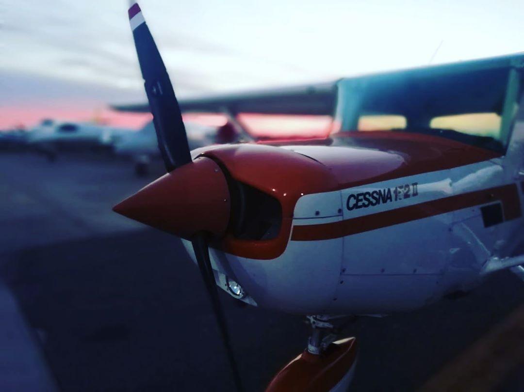 flyup-extranjeros-avion_frente-cessna_152