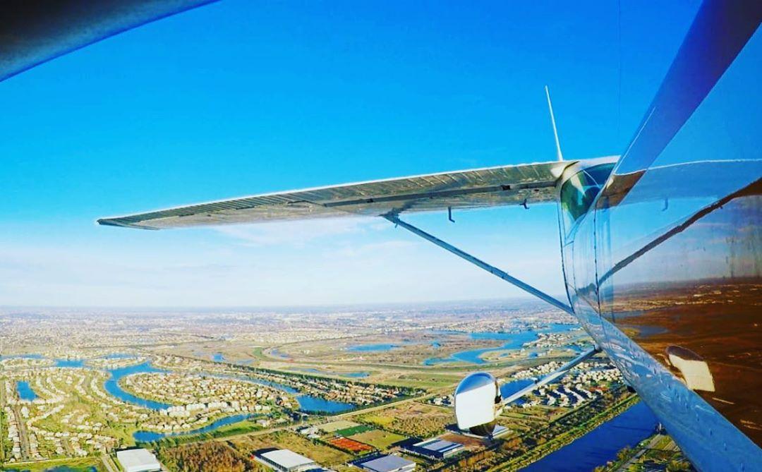 flyup-nosotros-avion_volando_atras